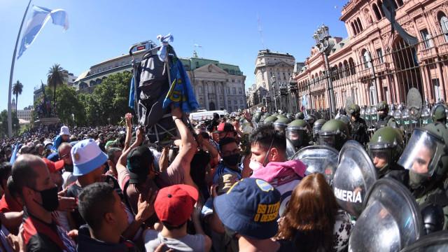 Velório de Maradona tem confusão, balas de borracha e gás lacrimogêneo