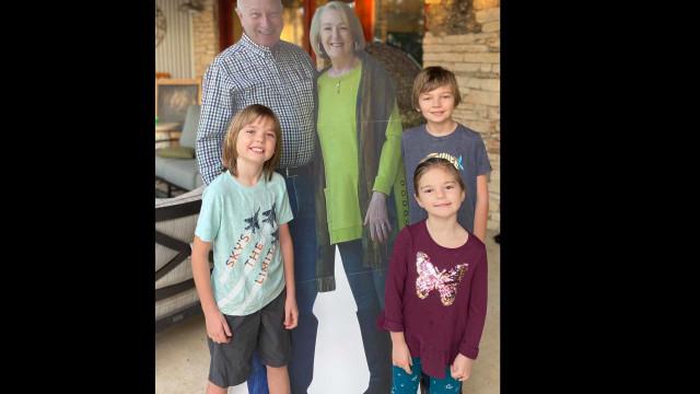 Proibidos de ver família, criam foto em tamanho real para estar com netos