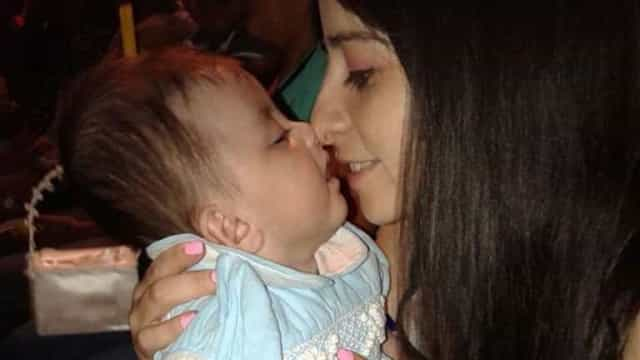 Enfermeira adota bebê com esperança de vida de um ano. Viveu cinco