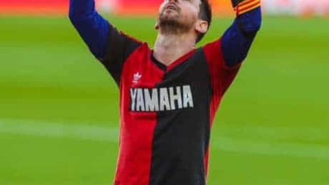 Com gol de Messi e homenagem a Maradona, Barcelona goleia o Osasuna no Camp Nou