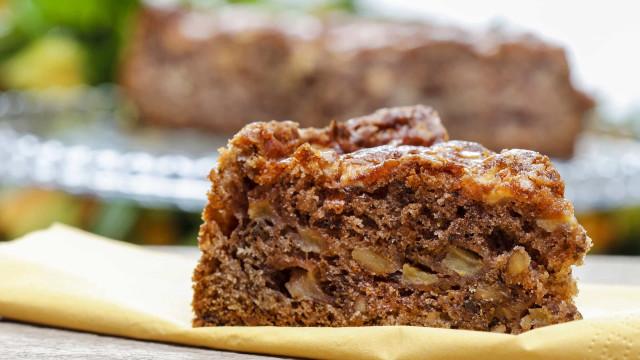 Prepare um bolo de noz e caramelo para o lanche