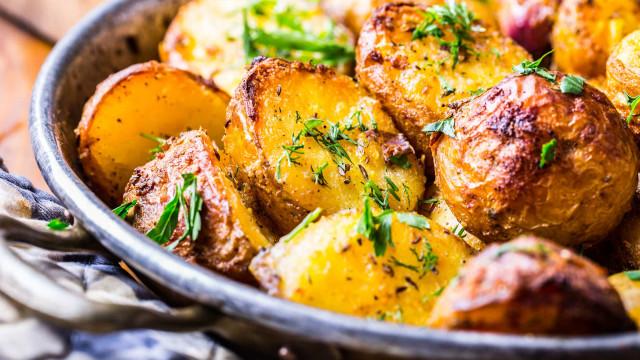 Batatas assadas sem irem ao forno? O truque de chef que tem de conhecer