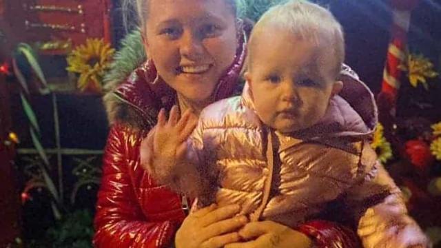 Mãe é acusada de 'abuso infantil' por furar orelhas da filha de 8 semanas