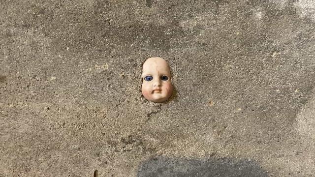 Mulher se apavora ao encontrar cabeça de boneca na parede da sua casa