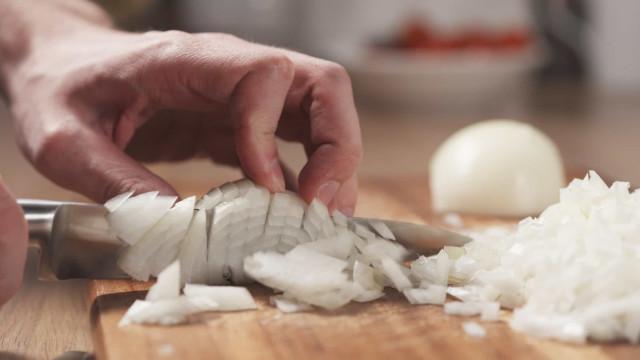 Três truques para cortar a cebola sem chorar