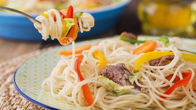 Aprenda a fazer um espaguete nutritivo com alimentos da safra de dezembro