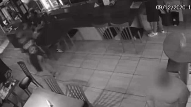 Acusado de ter Covid, homem é agredido dentro de restaurante após tossir