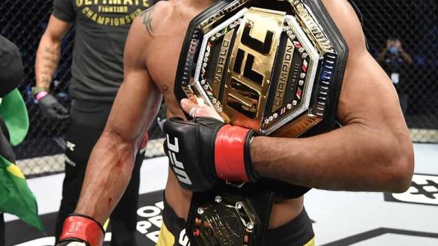 Deiveson Figueiredo volta a defender cinturão no UFC 256: 'Fazendo história'