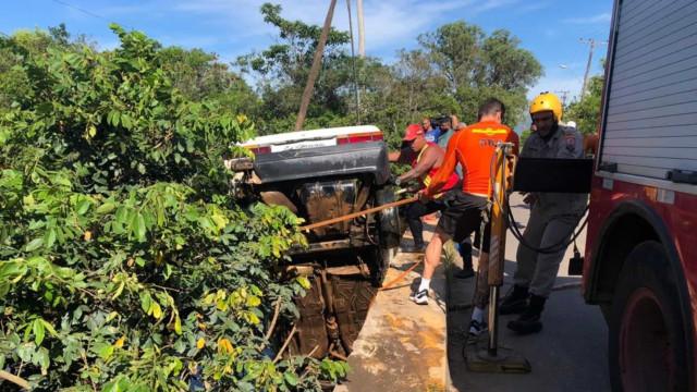 Seis crianças e um adulto morrem após carro cair dentro de rio no RJ
