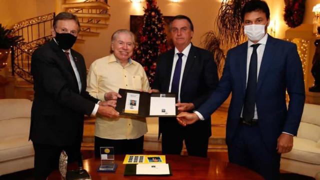 Sem máscara, Bolsonaro encontra Silvio Santos, de 90 anos, e é alvo de críticas