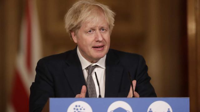 Vacinação ajuda Boris Johnson a enfrentar onda de más notícias no Reino Unido