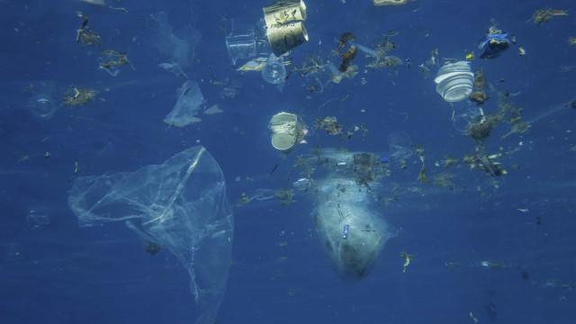 Brasil lança 325 mil t de plástico no mar por ano
