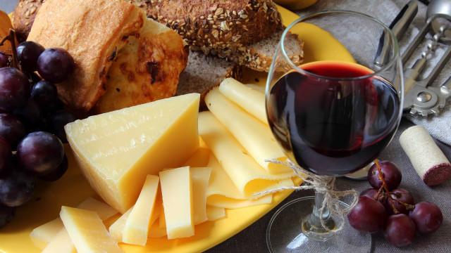 Comer queijo e beber vinho tinto reduz risco de Alzheimer, diz estudo