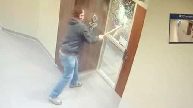 Homem com machado destrói janelas de gabinete de senador dos EUA