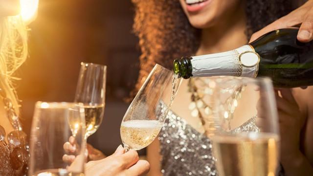 Entenda por que as mulheres estão bebendo mais na TV e o que isso quer dizer hoje