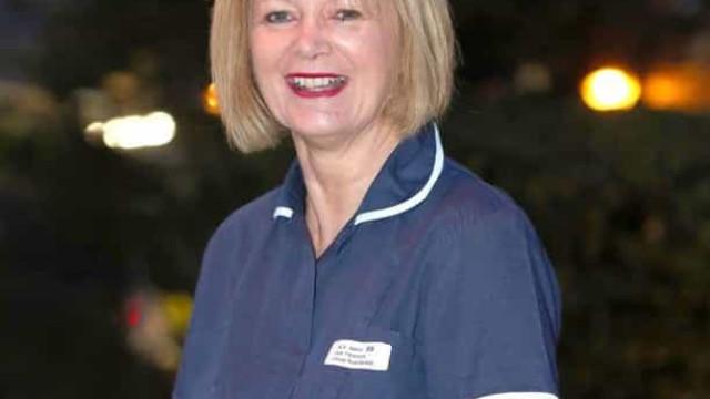 Enfermeira aposentada que regressou durante a pandemia recebe medalha