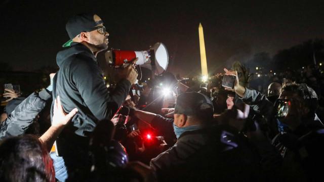 EUA: Líder dos Proud Boys detido por queimar faixa do Black Lives Matter