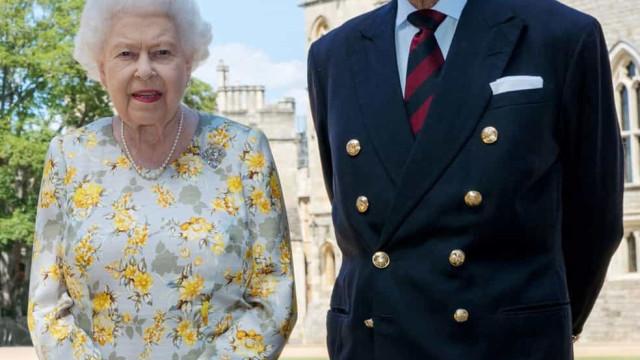 Rainha Elizabeth e Príncipe Philip recebem vacina contra a Covid-19