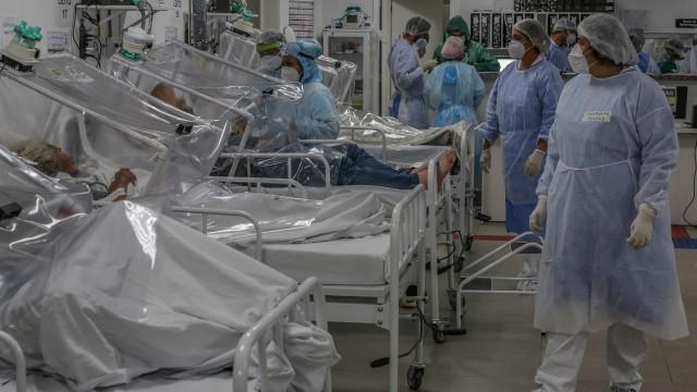 'Peço misericórdia, é muita gente morrendo', diz mulher em unidade de saúde em Manaus