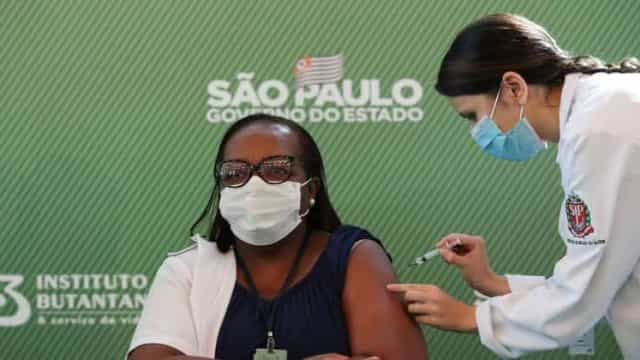 Enfermeira Mônica Calazans de São Paulo é a 1ª vacinada contra covid-19 no Brasil