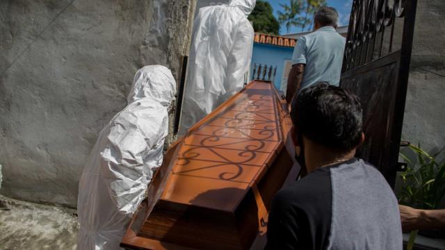 Brasil registra média móvel de 961 mortes diárias pelo coronavírus neste domingo