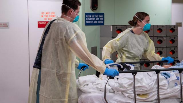 EUA têm alta em número diário de casos, mas mortes seguem em queda