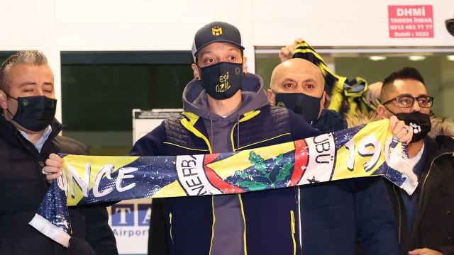 Özil deixa o Arsenal e se transfere para o Fenerbahçe