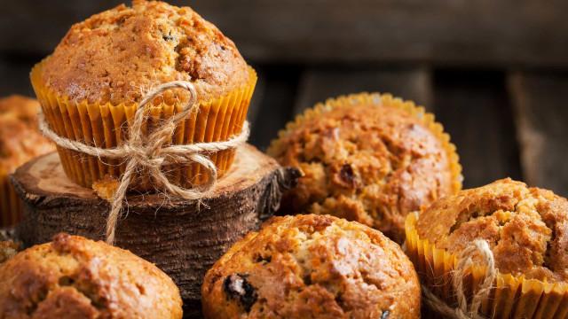 Muffins fofos de cenoura e laranja. Renda-se a este prazer