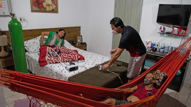 Famílias improvisam UTI caseira no Amazonas