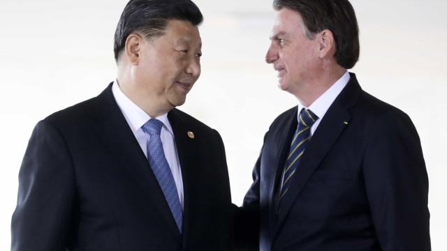 Bolsonaro tenta falar com Xi Jinping para liberar insumos chineses de vacinas
