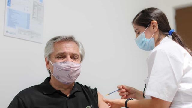 Presidente da Argentina é o primeiro líder a ser imunizado na América Latina