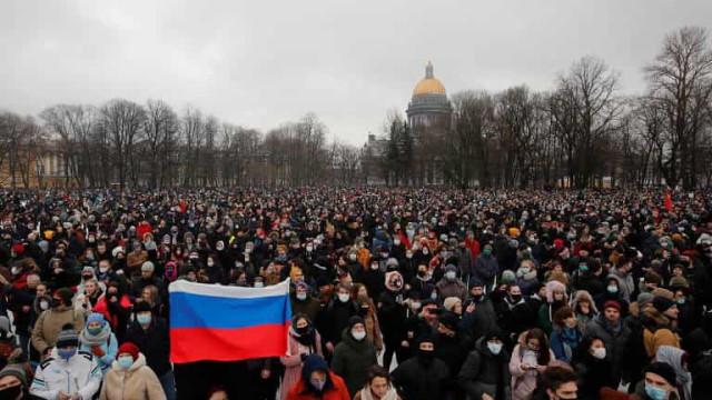 Milhares protestam contra prisão de opositor de Putin na Rússia