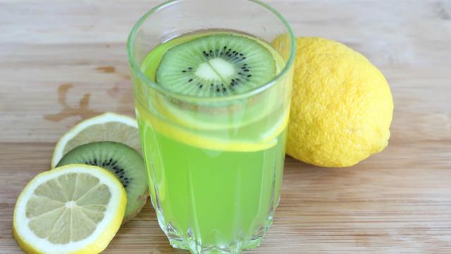 Suco detox de kiwi com limão, emagrece e dá energia