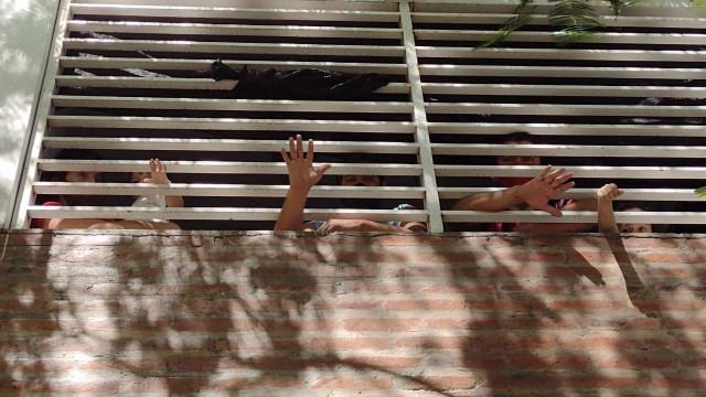 Província argentina mantém 18 mil pessoas confinadas sem distanciamento, água e comida