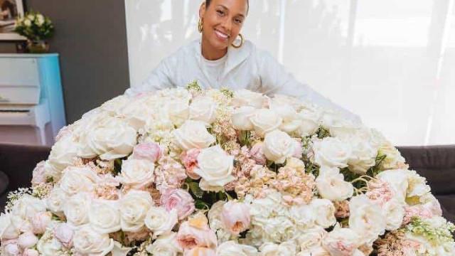 Alicia Keys recebe buquê de flores gigante de Oprah em seu aniversário