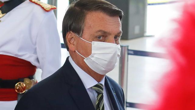 Sob pressão da Covid, presidente alterna falas radicais e sobre vacina