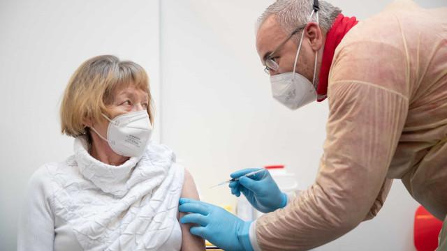 Dados britânicos mostram que vacinas protegem idosos após primeira dose