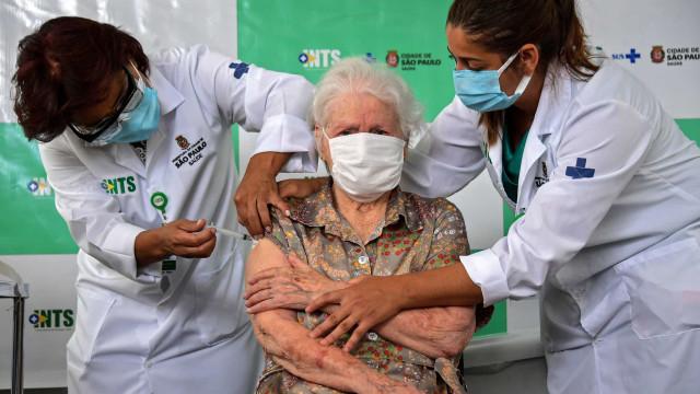 Falta de doses atrasou vacinação de 400 mil pessoas na semana passada