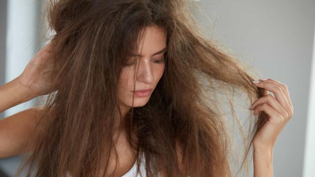 Três hábitos inocentes do dia-a-dia que estão arruinando seu cabelo