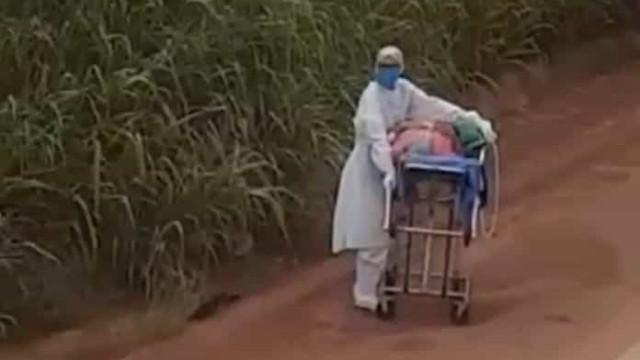Paciente é empurrado por enfermeiro em maca na Transamazônica