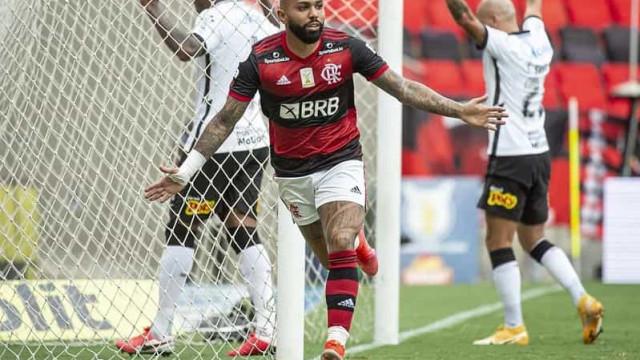 Com gol polêmico, Flamengo vence Corinthians e segue na briga pelo título