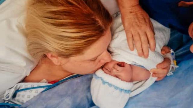 Médicos mantêm criança 'viva' para que mãe possa se despedir