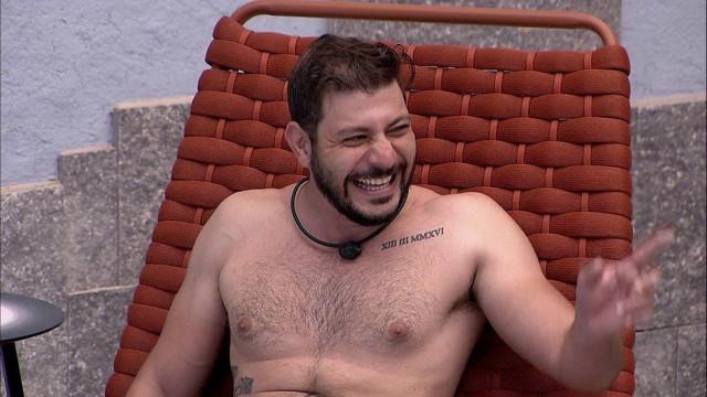 """Caio decide em quem vai votar e ensaia discurso de indicação ao Paredão do """"BBB21"""""""