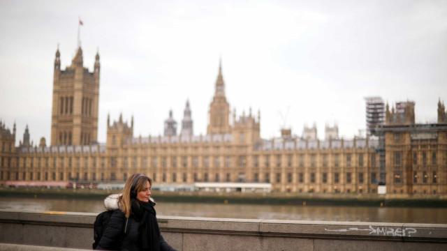 Menos de 10 mil novos casos no Reino Unido. Morreram 442 pessoas em 24h