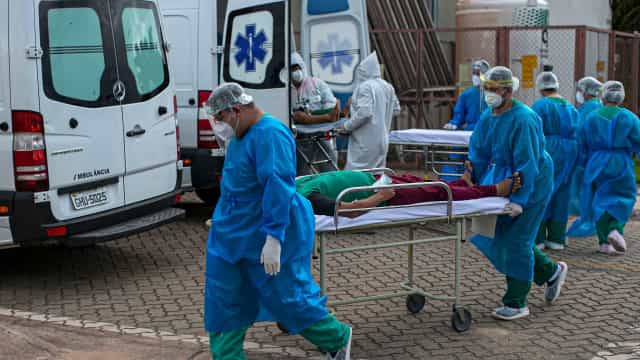 Explosão de internações e fila de vaga por UTI viram rotina pelo país no auge da pandemia