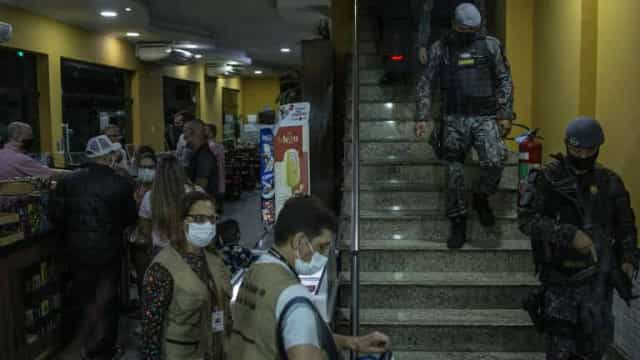Vigilância sanitária de SP autua estabelecimentos em blitz na 1ª noite do toque de restrição
