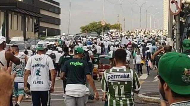 Torcedores se aglomeram para apoiar o Palmeiras antes de viagem a Porto Alegre