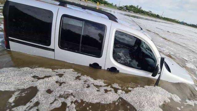 Homem empresta carro a amigo, e veículo acaba submerso em praia de SP