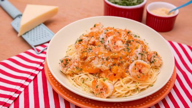 Aprenda a fazer espaguete ao molho de camarão com leite de coco