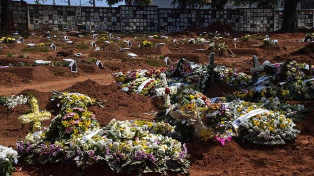 Vila Formosa volta a ter fila de carros funerários após elevação de enterros em SP